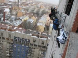 Монтаж баннера на «высотке» у «Петровского Форта»